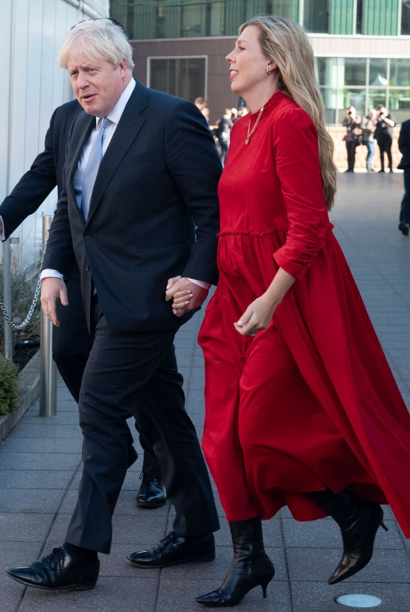 Carrie Johnson jest piękną kobietą. Czerwona sukienka podkreśla ciążowe krągłości /London News Pictures/Shutterstock /Rex Features/EAST NEWS