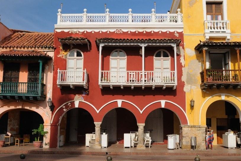 Cartagena słynie z kolonialnej zabudowy, której najciekawszym przykładem są charakterystyczne balkony /123RF/PICSEL