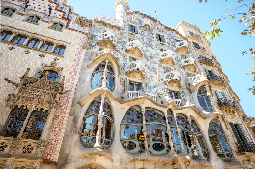 Casa Battlo i Casa Vicens to jedne z czterech najsłynniejszych kamienic w mieście zaprojektowanych przez Antonio Gaudiego, obok Casa Mila oraz Casa Calvet. Koniecznie trzeba je zobaczyć na własne oczy /123RF/PICSEL