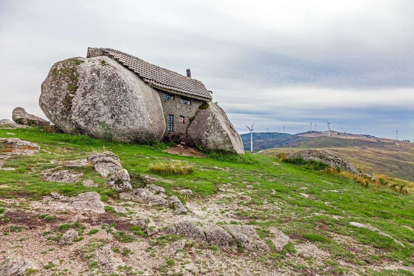 Casa do Penedo - portugalski dom z głazów /123RF/PICSEL