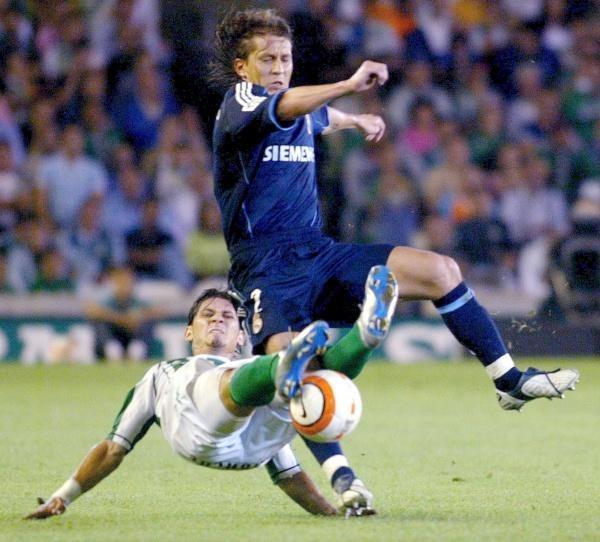 Castellini i Michel Salgado walczą o piłkę. Betis-Real 0:2 /AFP
