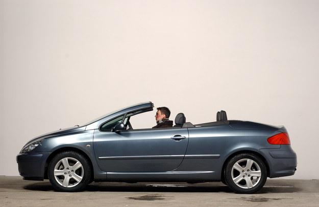 CC oznacza Coupe-Cabrio. Mało proporcjonalny pojazd ma metalowy dach składany elektrycznie. Nadaje się na cały rok. /Motor