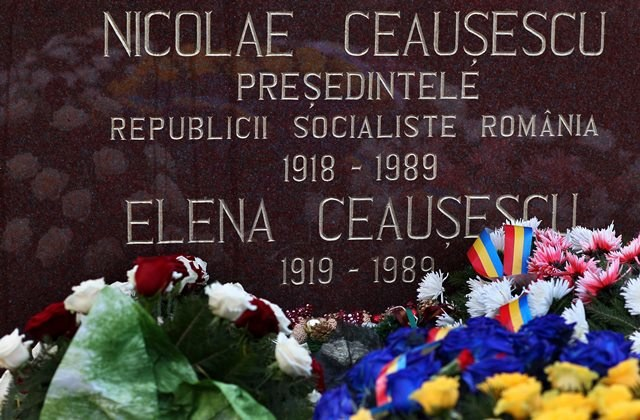 Ceausescu i jego żona Elena zostali zastrzeleni 25 grudnia 1989 roku w Targoviste /ROBERT GHEMENT /PAP/EPA