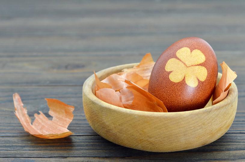 Cebula nadaje jajkom piękny odcień /123RF/PICSEL