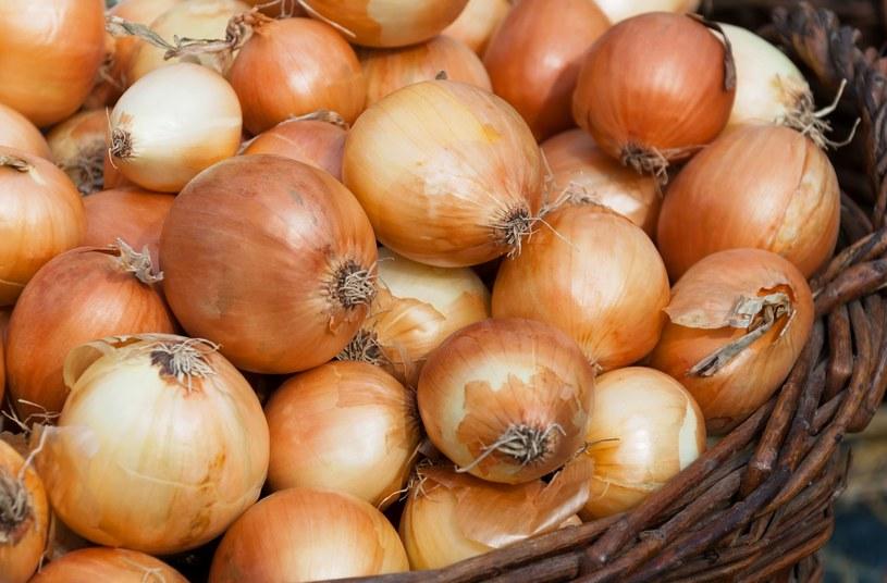 Cebula to warzywo bogate w aminokwasy. Zawiera duże ilości siarki, która uczestniczy w syntezie kolagenu /123RF/PICSEL