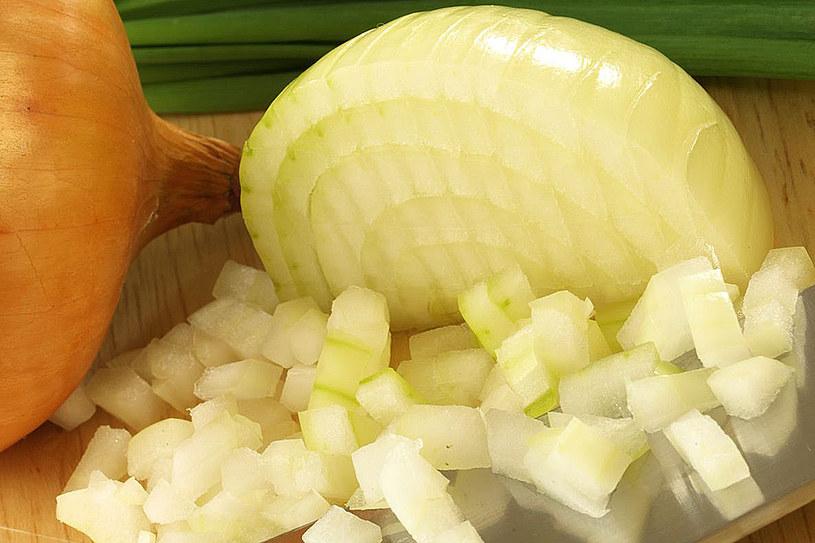 Cebulę można także stosować jako odżywkę do włosów pomaga ona w walce z przetłuszczaniem się cebulek u nasady głowy /123RF/PICSEL