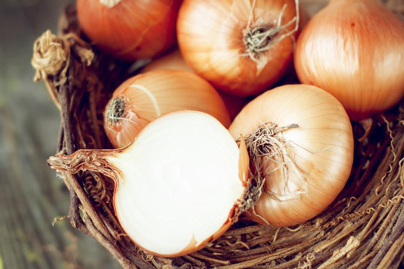 Cebulę wykorzystasz w domowej kosmetyce /123RF/PICSEL