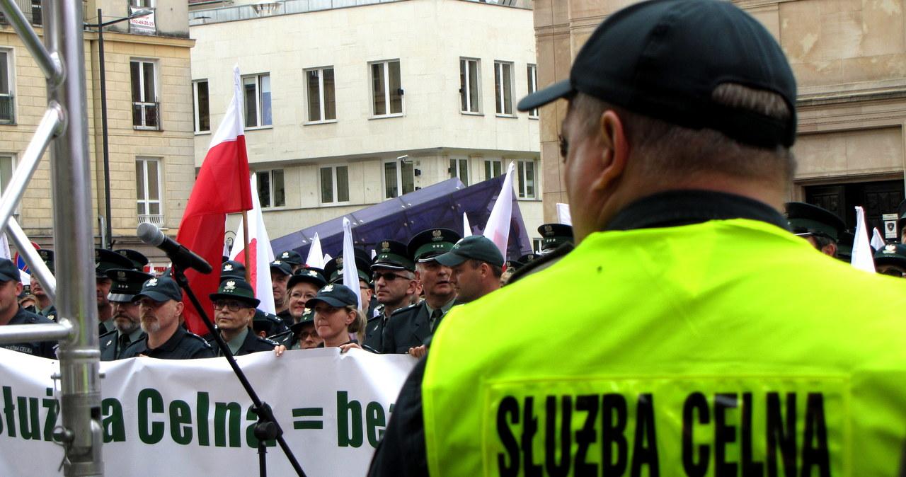 """Celnicy protestują w Warszawie. """"Minister finansów hamulcem dobrej zmiany"""""""