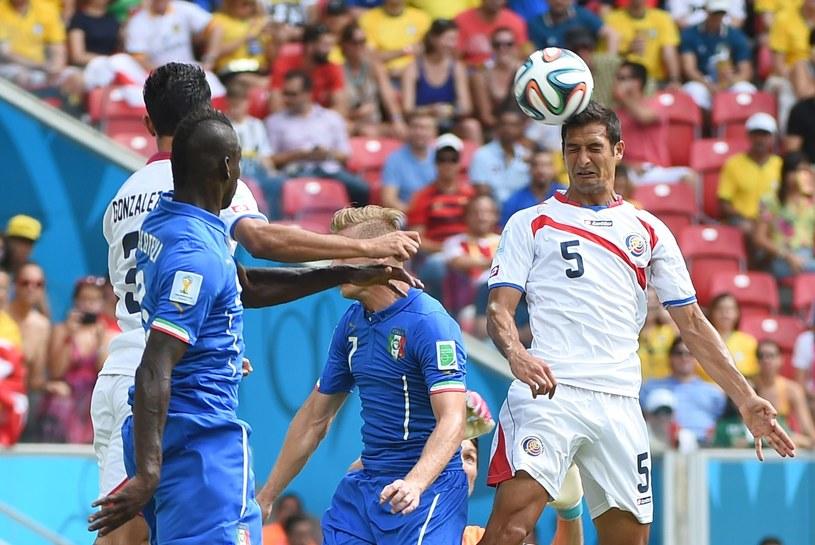 Celso Borges główkuje w meczu Włochy - Kostaryka /AFP