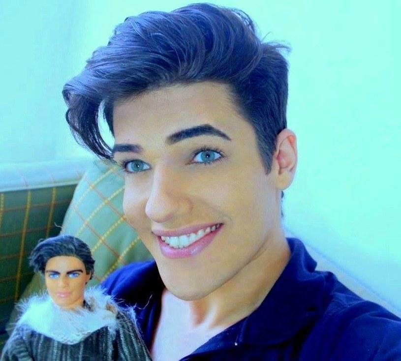 Celso Santebanes ze swoją podobizną. Niedługo lalkę będzie można kupić w Brazylii /Instagram /materiały prasowe