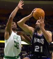 Celtics - Kings 85:102. Vlade Divaca próbuje zatrzymać Mark Blount