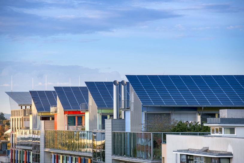 Cena zakupu i montażu paneli zintegrowanych z dachem jest nieco wyższa niż dla tych montowanych osobno . /123RF/PICSEL