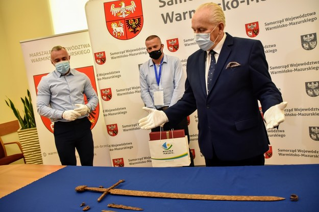 Cenne artefakty zostały przekazane marszałkowi Gustawowi Markowi Brzezinowi i trafią do zbiorów Muzeum Bitwy pod Grunwaldem /Urząd Marszałkowski Województwa Warmińsko-Mazurskiego /