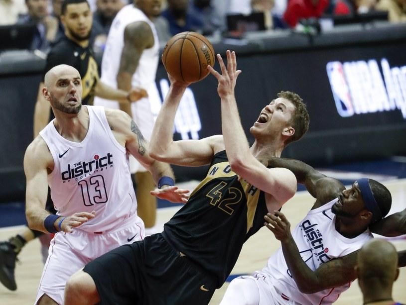 Center Toronto Raptors Jakob Poeltl (C), Marcin Gortat (L) i obrońca Ty Lawson (P) - obaj z Washington Wizards . /PAP/EPA