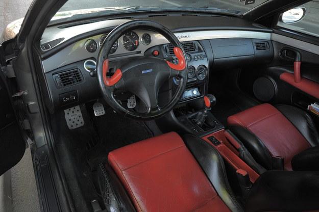 """Centralna część tablicy przyrządów ma kolor nadwozia. Za sprawą stylizacji Coupe nazywano """"małym Ferrari"""". /Motor"""