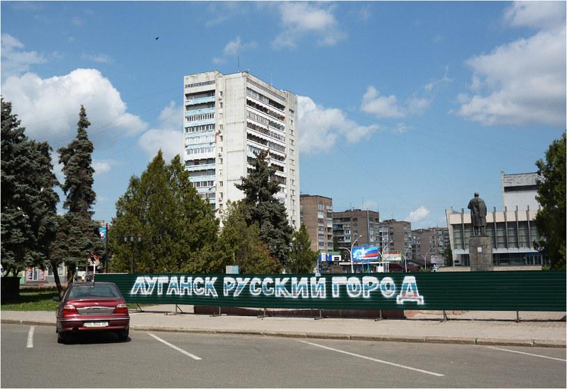 """Centrum Ługańska. Napis na płocie głosi """"Ługańsk to rosyjskie miasto"""" /f /Nowa Europa Wschodnia"""