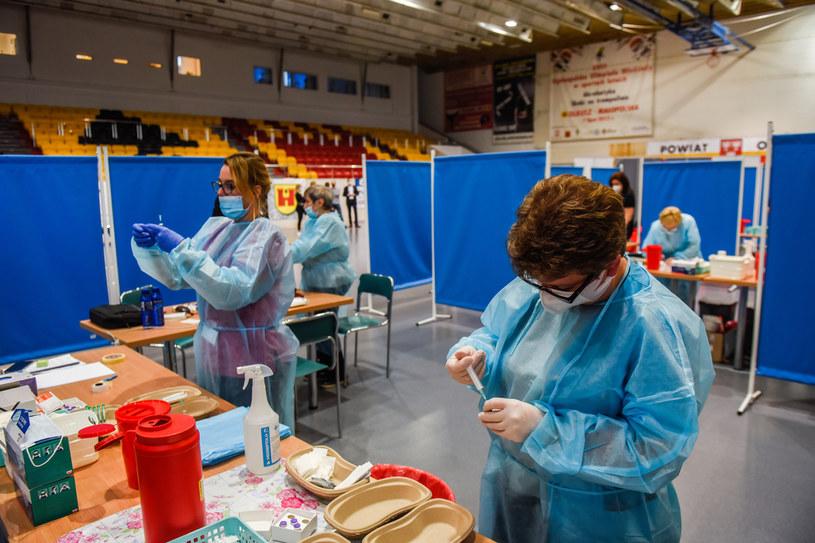 Centrum szczepień przeciw COVID-19 w Olkuszu; zdj. ilustracyjne / Omar Marques /Getty Images
