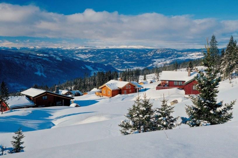Centrum Tromsø leży w dolinie, większość mieszkańców ma domy na wzgórzach. Zimą popularnym środkiem lokomocji są tu więc narty biegówki (latem zamieniane na rowery) /Twój Styl