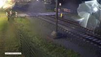 Centymetry od tragedii. Rowerzysta przejechał tuż przed nadjeżdżającym pociągiem