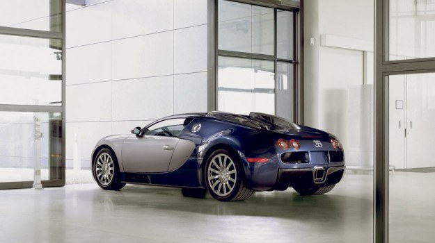 Ceny Bugatti Veyrona wahają się od około 1,7 do 1,9 mln euro. /Bugatti