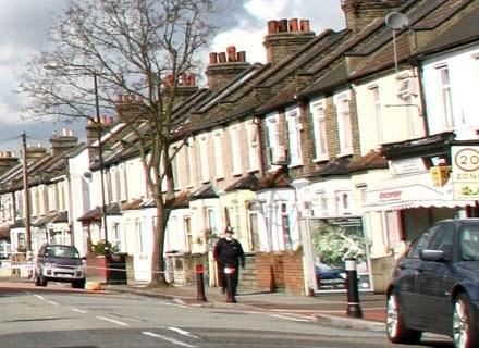 Ceny nieruchomości rosną w Anglii szybciej niż pensje. Tak zresztą, jak w Polsce... /AFP