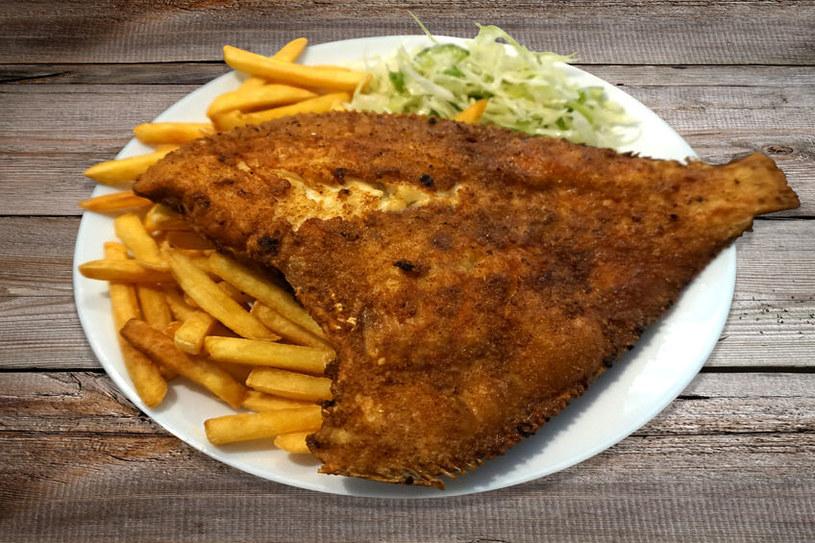 Ceny ryb w nadmorskich restauracjach przyprawiają o zawrót głowy!  Warto czasem poszukać mniejszych smażalni, położonych z dala od głównych deptaków /123RF/PICSEL