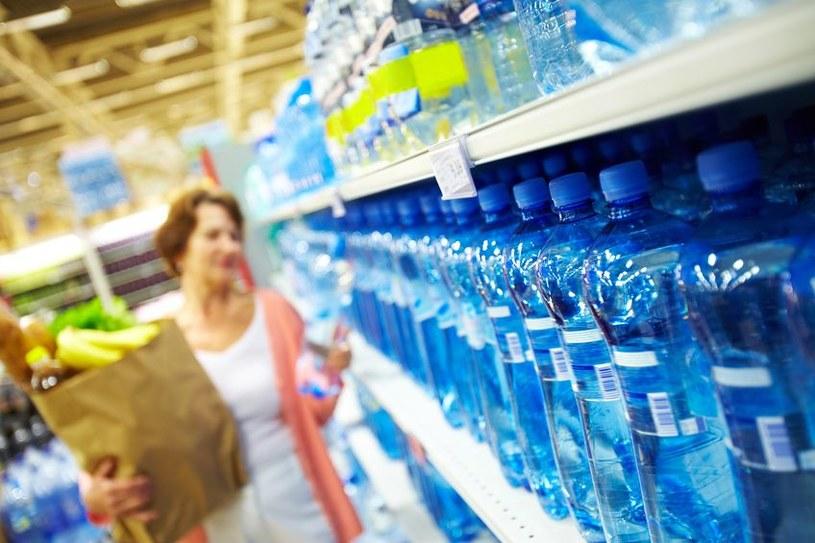 Ceny wody mineralnej w wakacje: Średnio jest drożej o 5 proc., ale w dyskontach o prawie 20 proc. /©123RF/PICSEL