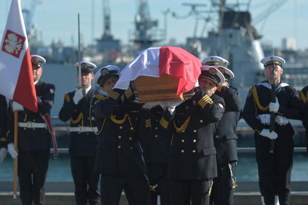 Ceremonia odprowadzenia na pokład fregaty ORP Gen. T. Kościuszko szczątków zmarłego w 1973 r. dowódcy obrony wybrzeża w 1939 r. wiceadmirała Józefa Unruga i jego żony Zofii, 25 bm. w Porcie Wojennym w Breście / Marcin Obara  /PAP