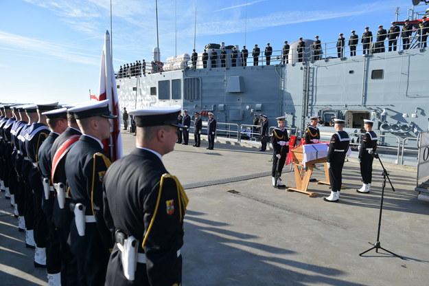 Ceremonia odprowadzenia na pokład fregaty ORP Gen. T. Kościuszko szczątków zmarłego w 1973 r. dowódcy obrony wybrzeża w 1939 r. wiceadmirała Józefa Unruga i jego żony Zofii / Marcin Obara  /PAP