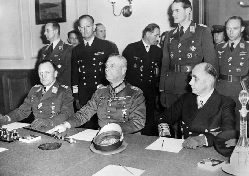 Ceremonia podpisania drugiego aktu kapitulacji odbyła się w byłym kasynie oficerskim w dzielnicy Berlina Karlshorst (od lewej Hans-Jürgen Stumpff, Wilhelm Keitel i Hans-Georg Von Friedeburg) /MERCI ARCHIVER CETTE VERSION /AFP