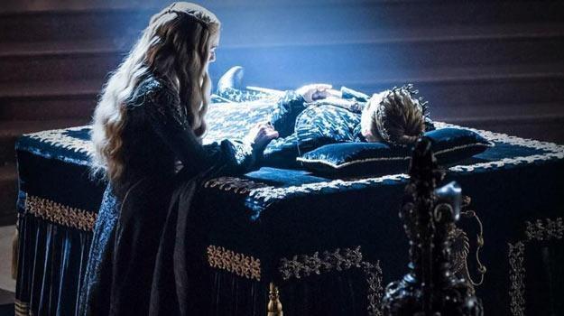 Cerseia (Lena Headey) przy ciele zmarłego syna. Za chwilę pojawi sie jej brat i kochanek... /materiały prasowe