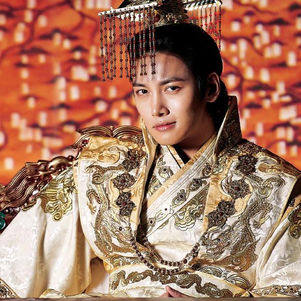 Cesarz Toghun (Ji Chang Wook) zawdzięcza tron swojej walecznej żonie /Tele Tydzień