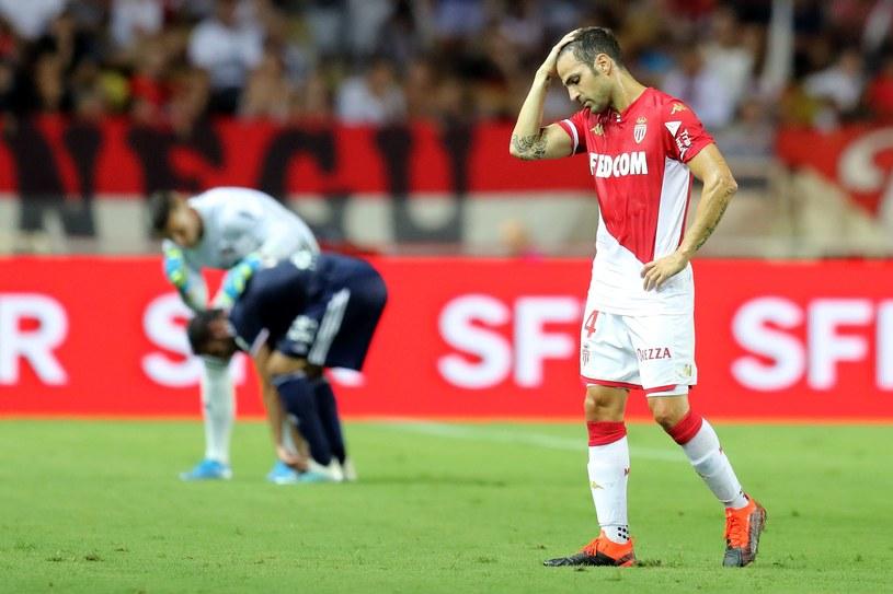 Cesc Fabregas łapie się za głowę. Osłabił zespół Monaco już w 30. minucie /AFP