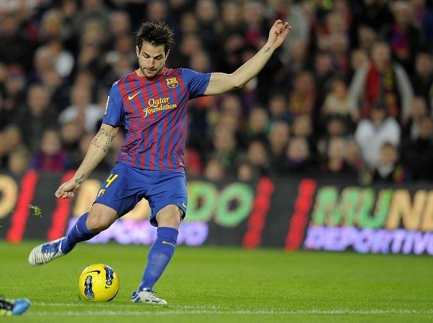 Cesc Fabregas strzela pierwszego gola dla Barcelony w meczu z Levante. /AFP