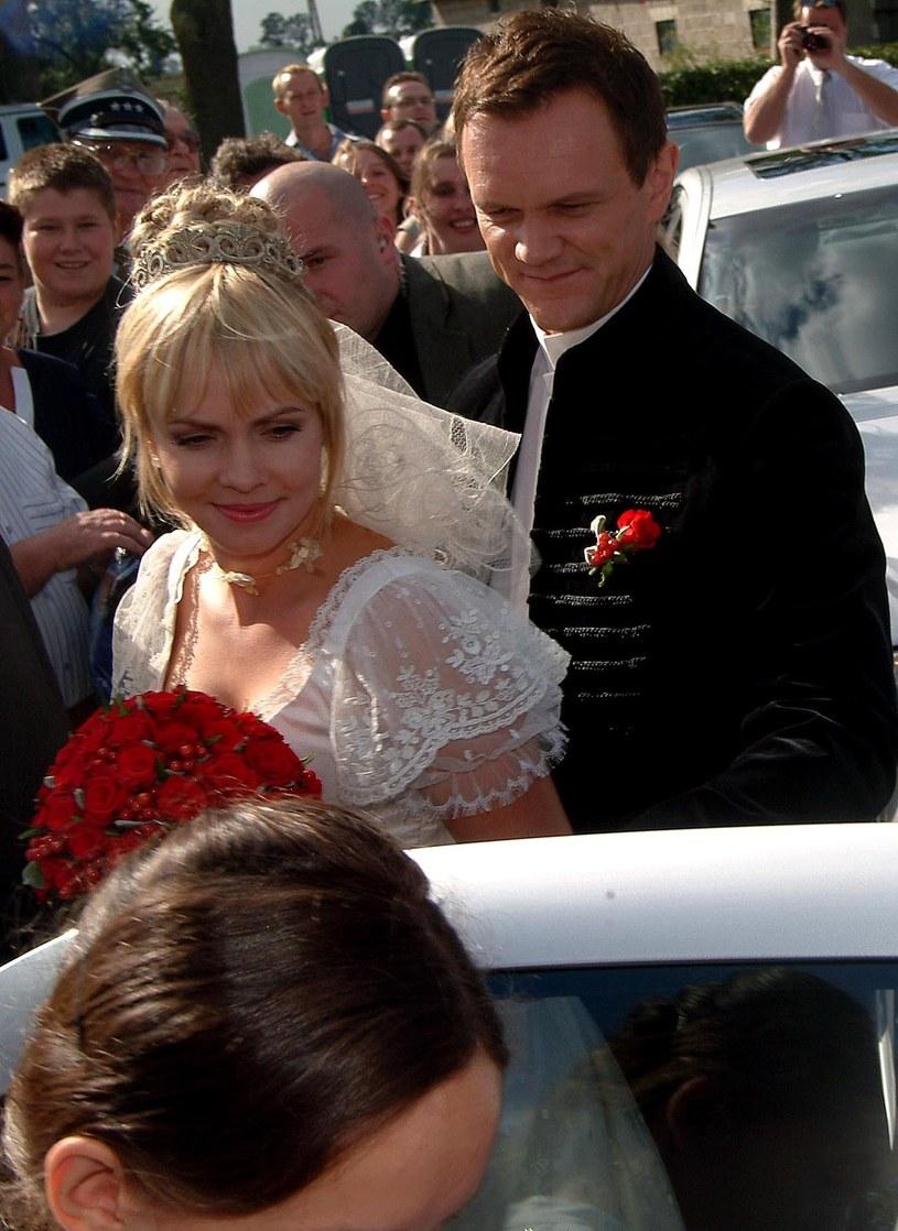 Cezarego Pazura i Weroniki Marczuk w dniu ślubu (2003 r.) /Piotr Fotek/REPORTER /East News