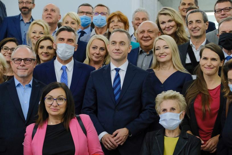 Cezary Tomaczyk (w środku) tuż po wyborze na szefa klubu KO /Mateusz Marek /PAP