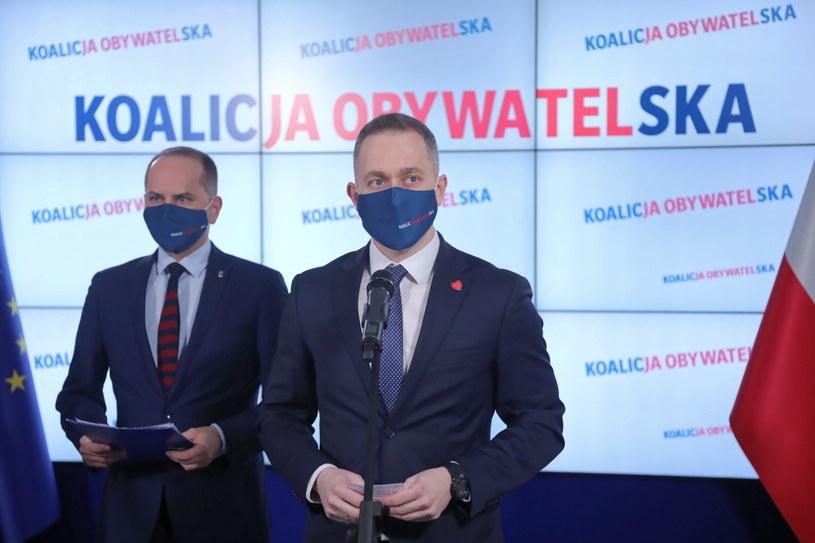 Cezary Tomczyk oraz poseł Koalicji Obywatelskiej Michał Szczerba podczas konferencji prasowej /Wojciech Olkuśnik /PAP