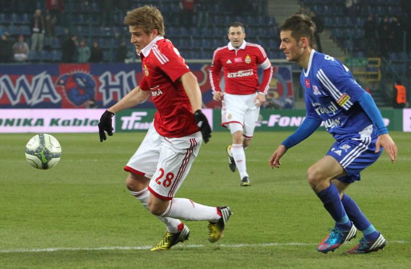 Cezary Wilk (z lewej) w meczu z Podbeskidziem /fot. Jacek Bednarczyk /PAP