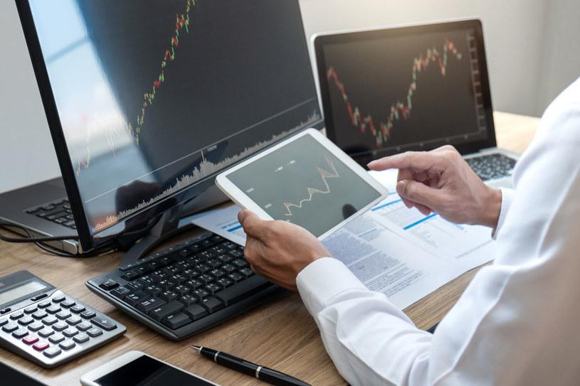 CFD są instrumentem z dźwignią finansową i umożliwiają grę zarówno na wzrosty, jak i na spadki /123RF/PICSEL