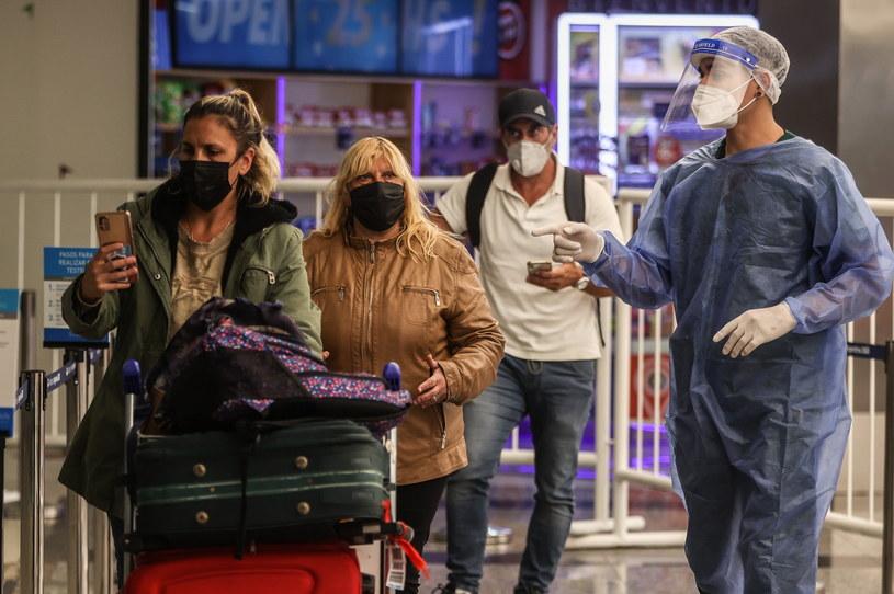 Chaos na lotniskach po wprowadzeniu tzw. paszportów covidowych /JUAN IGNACIO RONCORONI /PAP/EPA