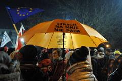 Chaos w Sejmie. Przed gmachem demonstracje