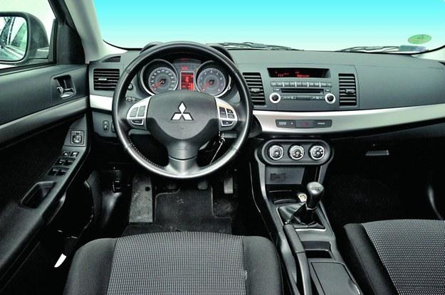 Charakterystyczna dla Mitsubishi tablica przyrządów jest tak prosta w obsłudze, że konkurenci powinni brać z niej przykład. Skórzane obszycie kierownicy stanowi standard w odmianie Invite. /Motor