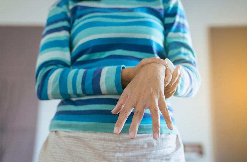 Charakterystyczne drżenia nie zawsze są pierwszym zwiastunem choroby /123RF/PICSEL