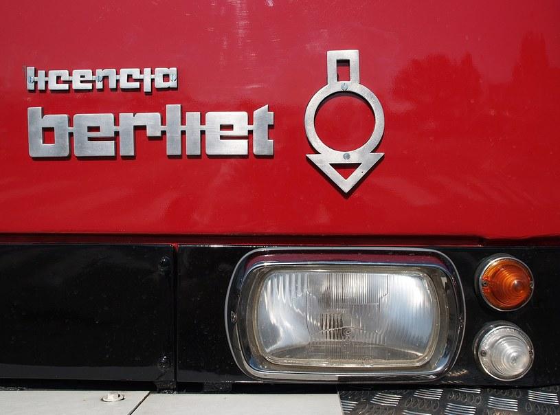 Charakterystyczne logo berliet na atrapie przedniej jelcza /East News