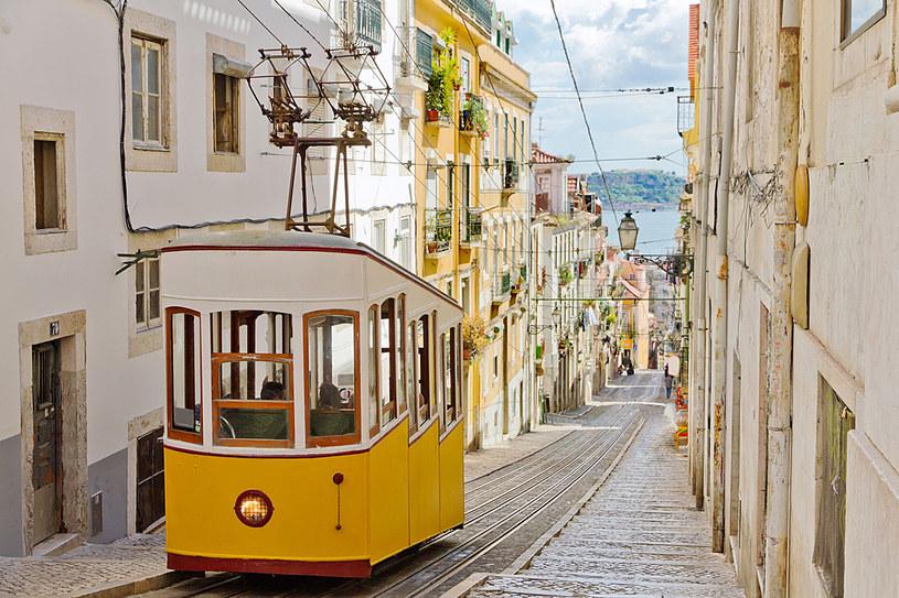 Charakterystyczne żółte tramwaje to nieodłączny element krajobrazu Lizbony /123RF/PICSEL