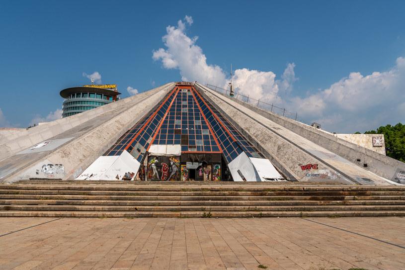 Charakterystycznym obiektem w Tiranie jest piramida /123RF/PICSEL