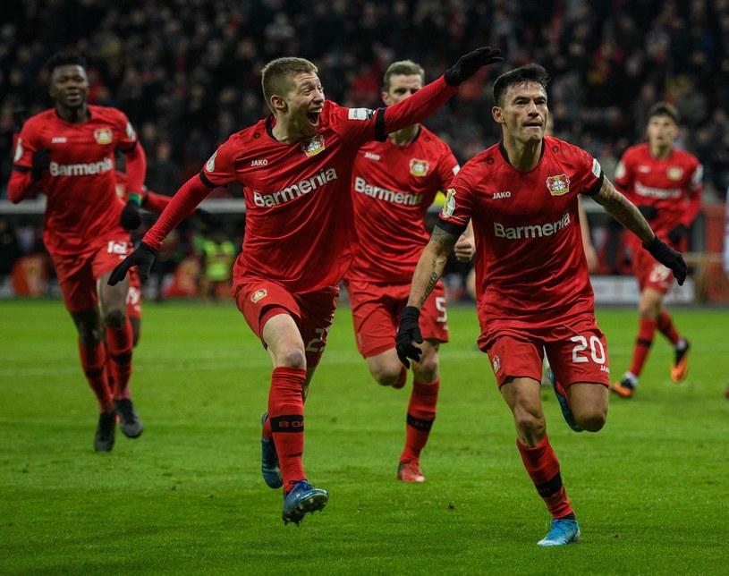 Charles Aranguiz (pierwszy z prawej) przedłużył kontrakt z Bayerem Leverkusen /Sascha Schuermann  /AFP