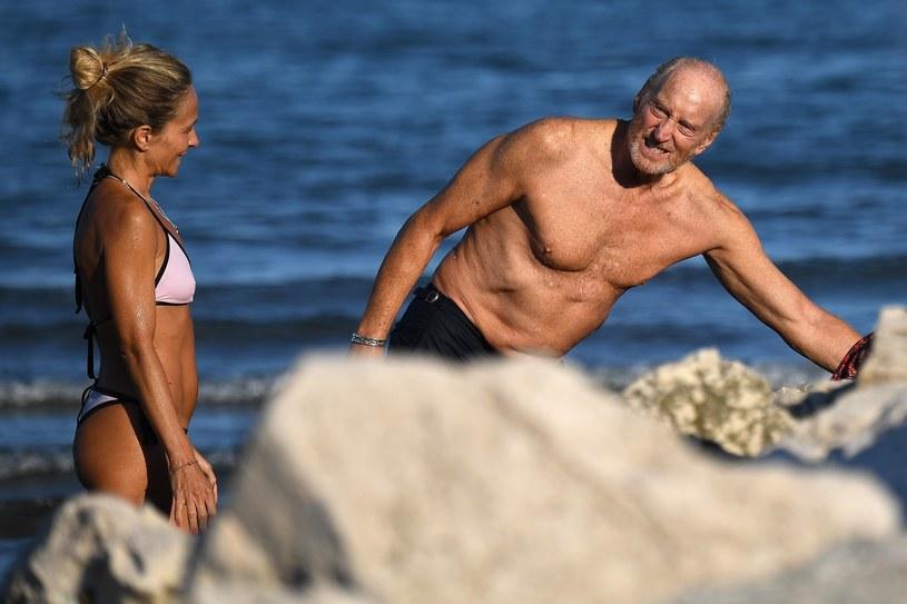 Charles Dance z ukochaną na plaży w Wenecji /BESC /Agencja FORUM