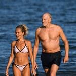 Charles Dance z ukochaną na plaży!