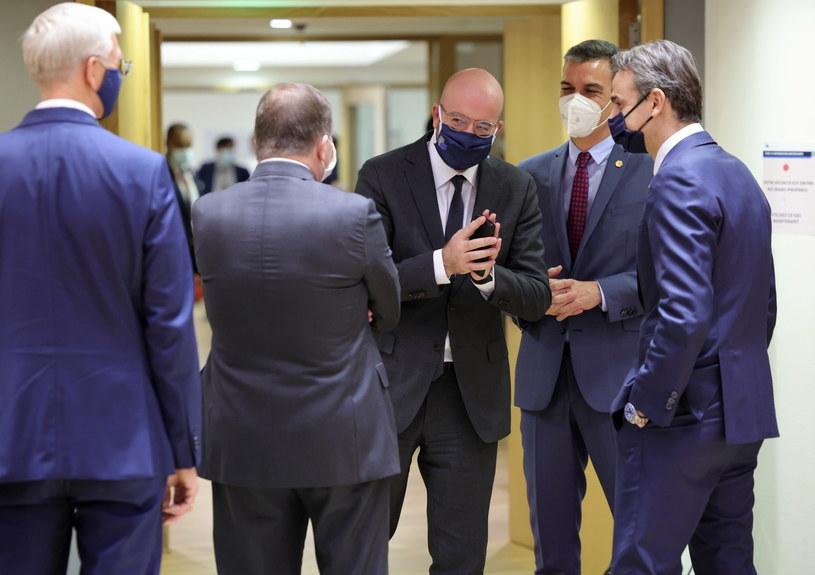 Charles Michel (w środku) podczas unijnego szczytu w Brukseli /OLIVIER MATTHYS    /PAP/EPA